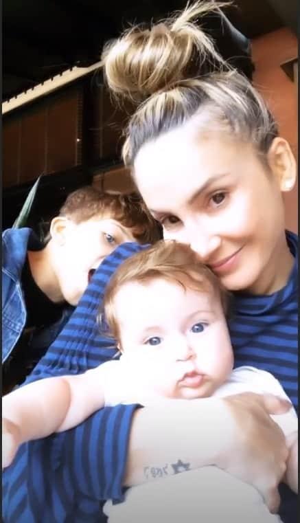 Claudia Leitte com a bebê Bela e o filho do meio