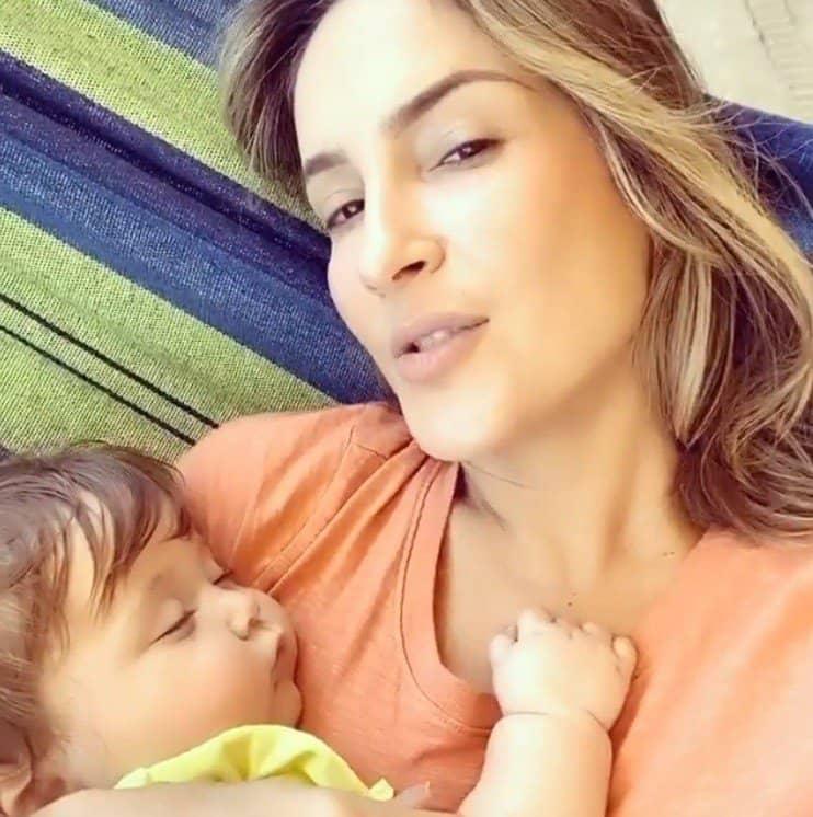 Claudia Leitte com a filha dormindo no seu colo