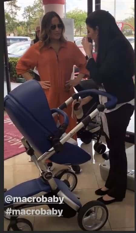 Claudia Leitte escolhendo o carrinho de bebê