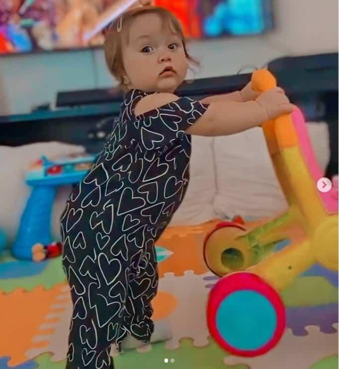 Filha de Claudia Leitte andando com um brinquedo