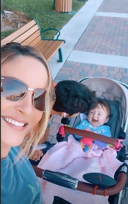 Claudia Leitte ao lado de sua fofa bebê