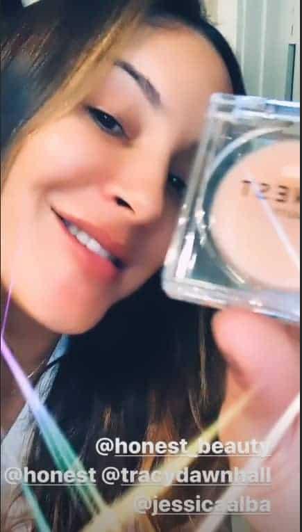 Claudia Leitte exibiu um dos presente que ganhou de Jessica Alba