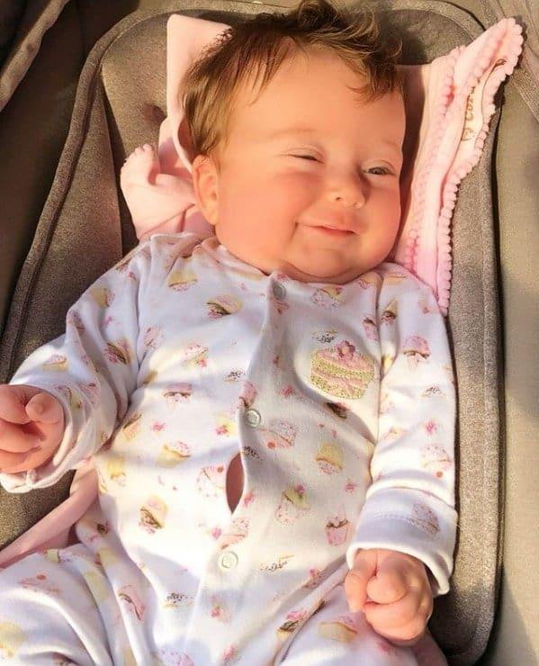 Filha de Claudia Leitte sorrindo em foto fofa e rara