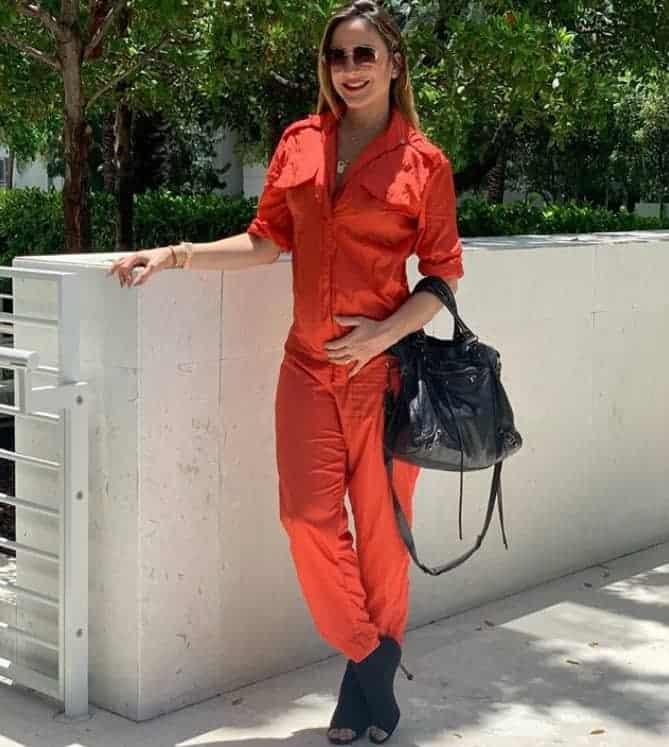 """Veja a barriguinha de grávida da cantora Claudia Leitte enquanto ela usa um look """"La Casa de Papel"""""""