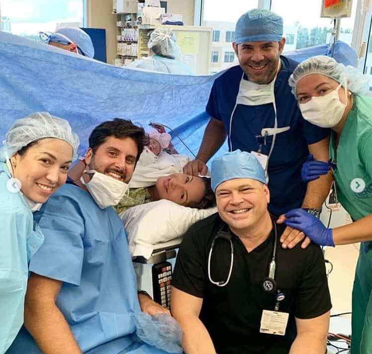 Claudia Leitte com marido e Bela durante seu parto cesárea