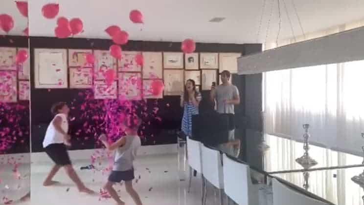 Claudia Leitte, o marido e os filhos descobrindo que o bebê será menina