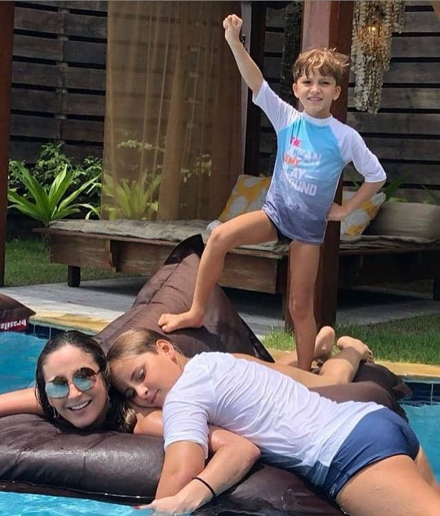 Claudia Leitte se diverte com os filhos na piscina