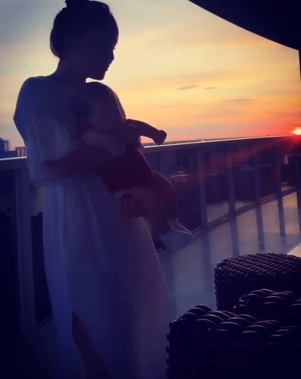 Claudia Leitte ninando sua pequena Bela em rara imagem