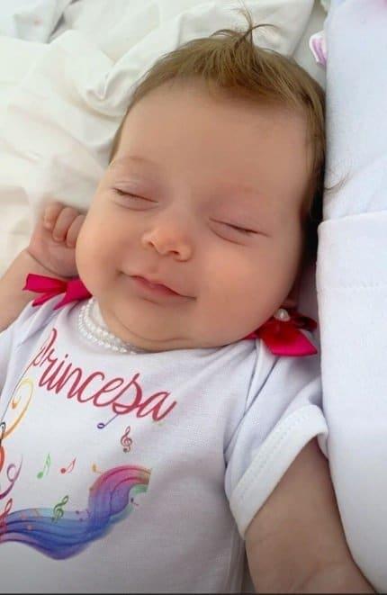 Claudia Leitte mostrou a filha dormindo e recebeu elogios