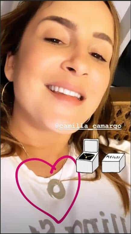 Claudia Leitte mostrando o presente de Camilla Camargo