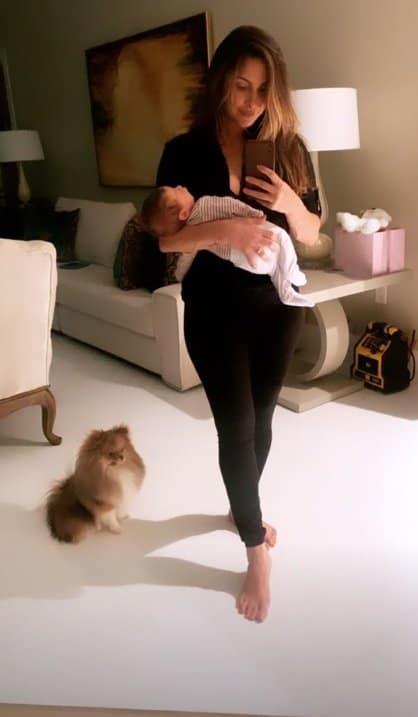 Claudia Leitte com a cachorrinha da família e a filha