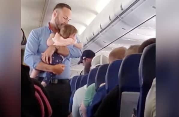 O comissário acalmou a bebê e depois a devolveu para os pais