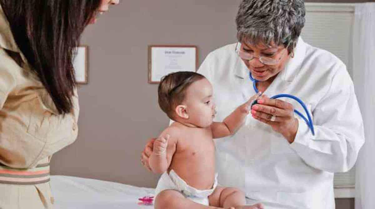 Saiba quando é e como agir na primeira consulta do bebê
