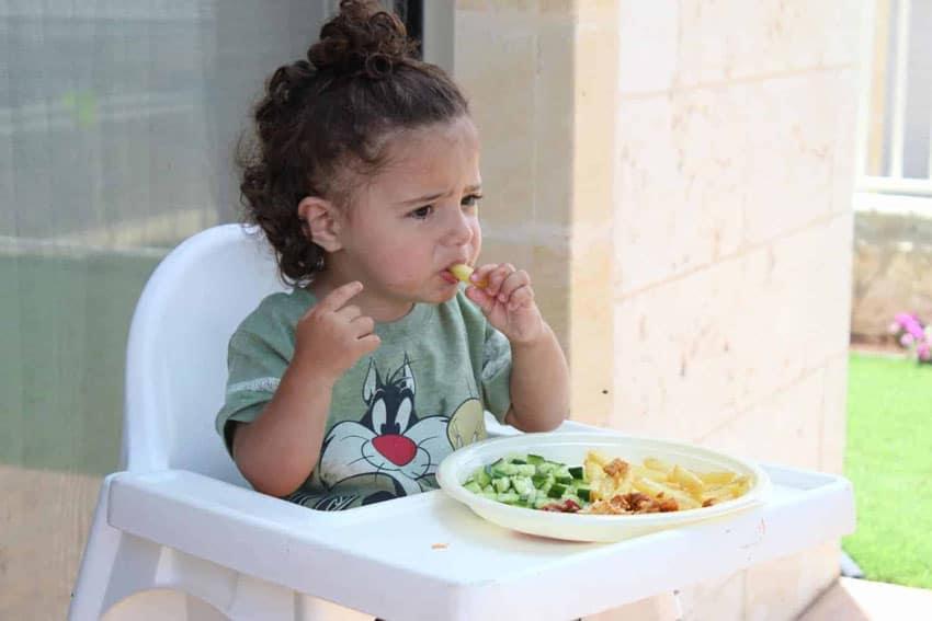 Quando comem com as mãos, os pequenos se interessam mais pela papinha de bebê