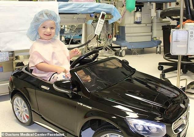 Uma das crianças no carrinho até sala de cirurgia