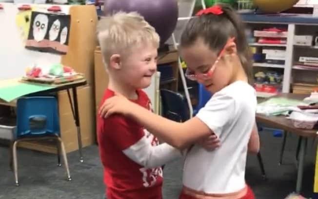 As duas crianças impressionaram a internet com o momento especial