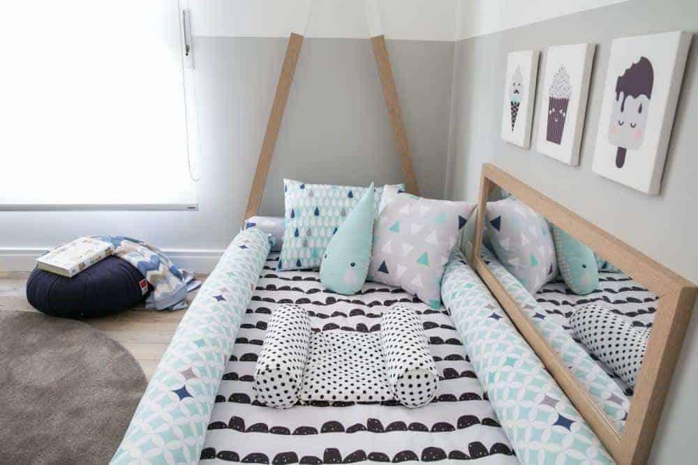 Opção de quarto de bebê montessoriano em tons de azul