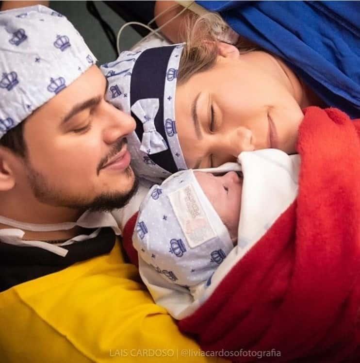 Cristiano com seu filho recém-nascido e a esposa
