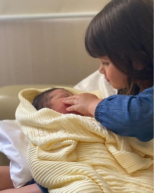 Filho recém-nascido de Cristiano no colo do irmão