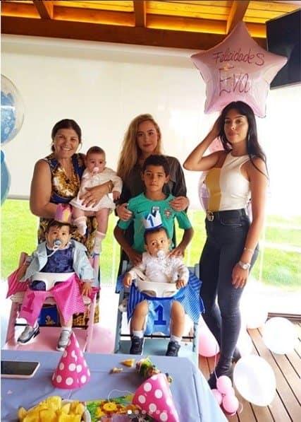 Eva e Mateo, filhos do craque Cristiano Ronaldo fizeram um ano de vida