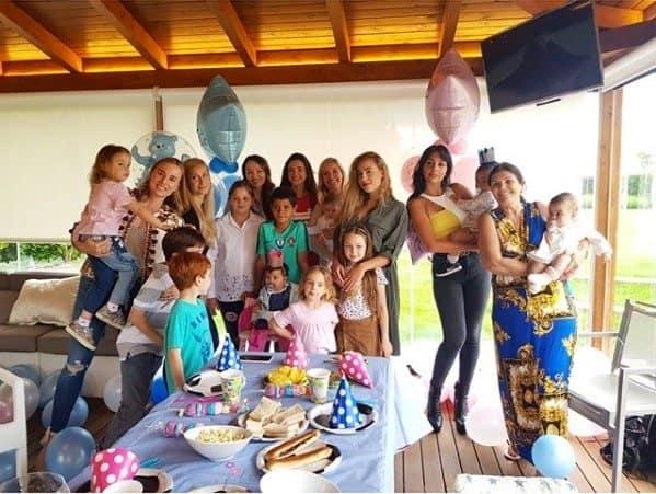 Convidados reunidos na festinha dos gêmeos de Cristiano Ronaldo, Eva e Mateo