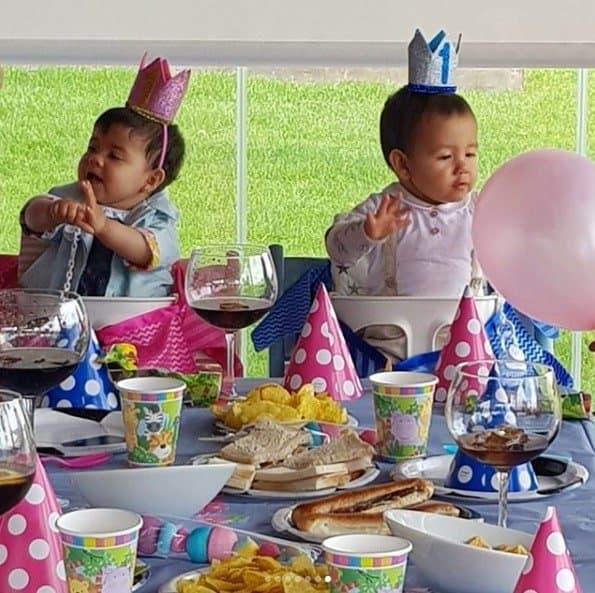 Os gêmeos Eva e Mateo na sua festa de aniversário de um ano