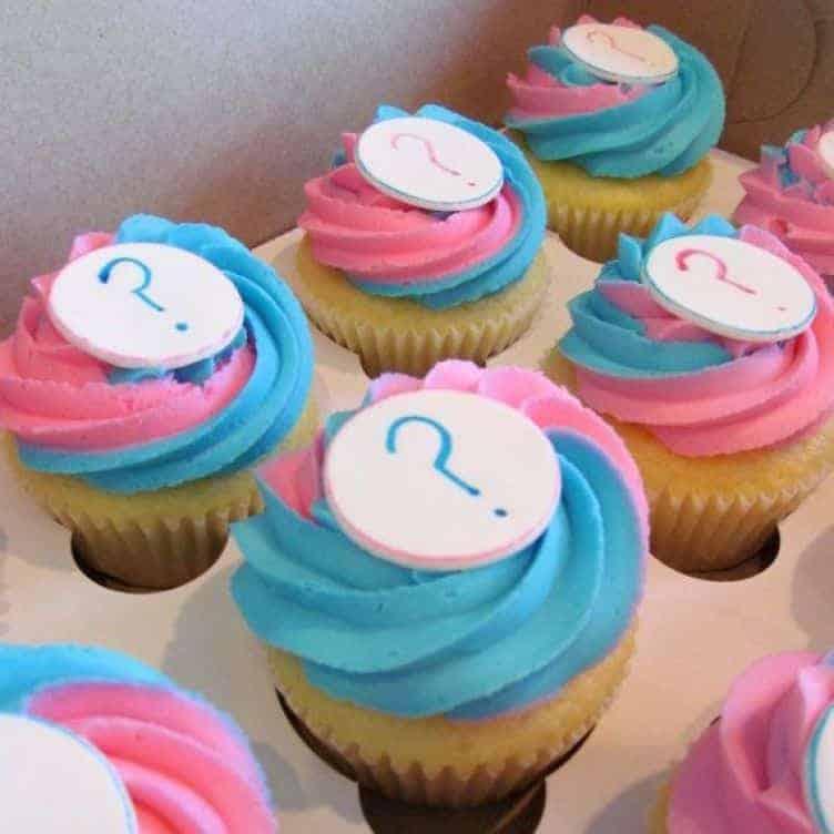 Use cupcakes para anunciar o sexo do bebê no chá revelação