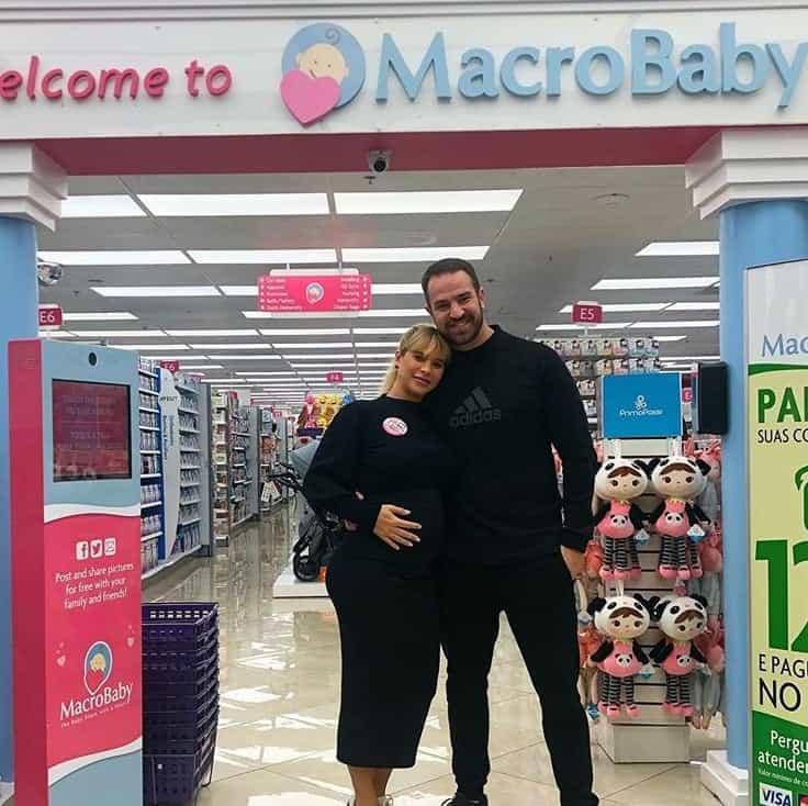 Dany Bananinha e namorado comprando o enxoval de sua filha
