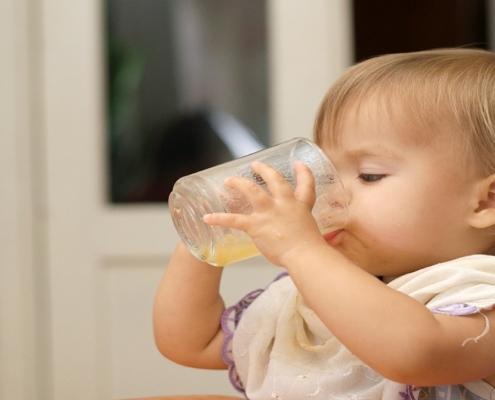 Saiba quando dar sucos naturais para o bebê