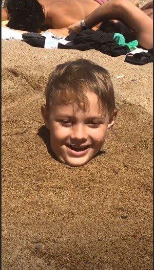 Carol Dantas compartilhou essa foto do fofo Davi Lucca enterrado na areia
