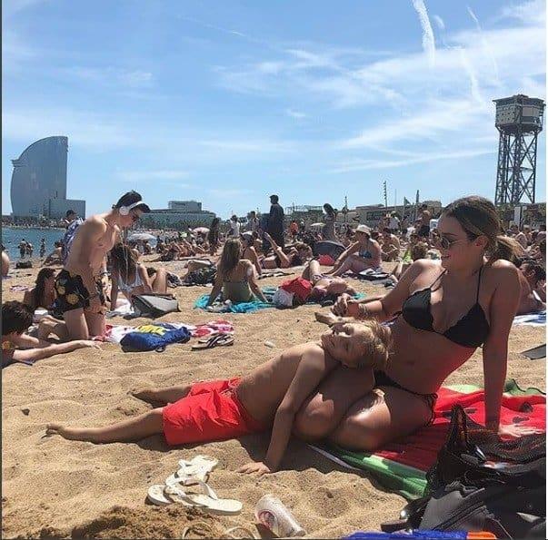 Carol Dantas e Davi Lucca aproveitando um dia na praia
