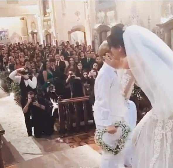 Aqui o Davi Lucca beijando a noiva