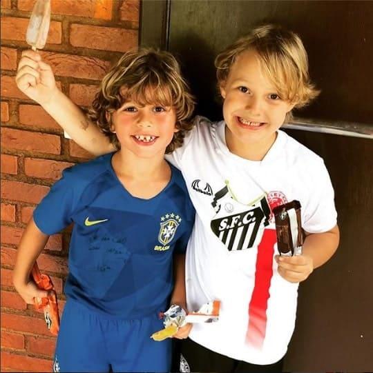 Nessa publicação Davi Lucca, filho do jogador Neymar, com uma camisa com dupla homenagem. Uma para o Santos e outra para o Corinthians