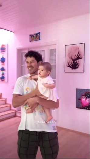 José Loreto com a bebê Bella no colo