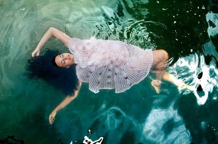 Mais uma das fotos diferente do ensaio gestante de Débora Nascimento
