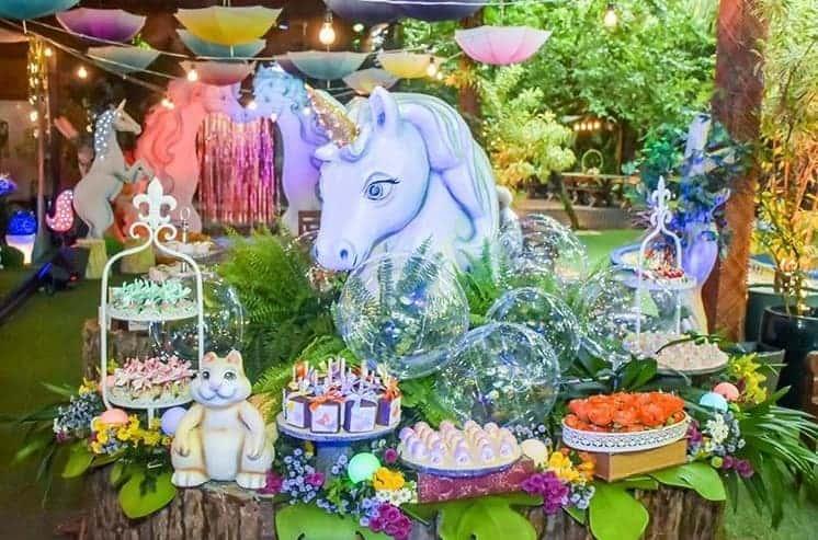 Festa decorada com o tema de floresta encantada e unicórnios
