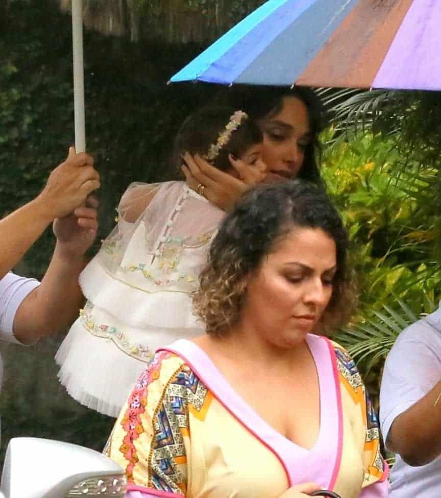 A atriz Débora Nascimento chegou na festa com sua filha Bella