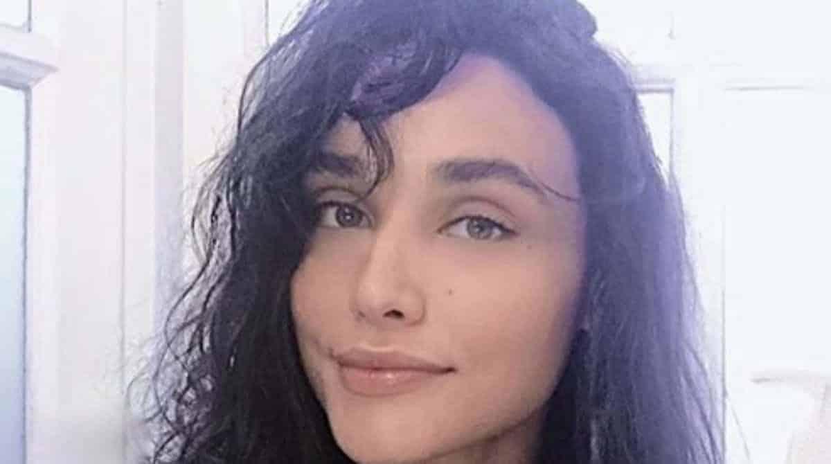 Débora Nascimento foi vista com sua bebê no aeroporto