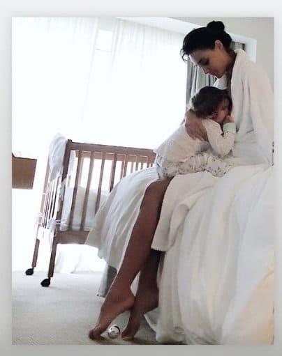 Débora Nascimento amamentando sua bebê
