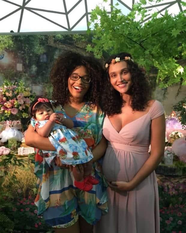 Juliana Alves e a pequena Yolanda no chá de bebê de Bella
