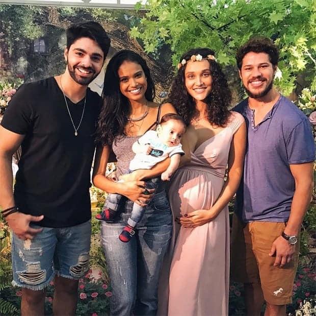Aline dias e seu filho Bernardo estavam no chá de bebê de Bella