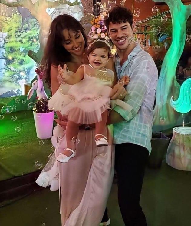 Débora Nascimento com José Loreto no aniversário da filha após separação