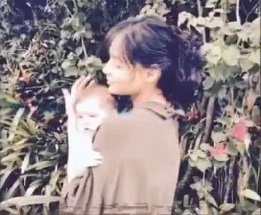 Débora Nascimento com a filha no colo