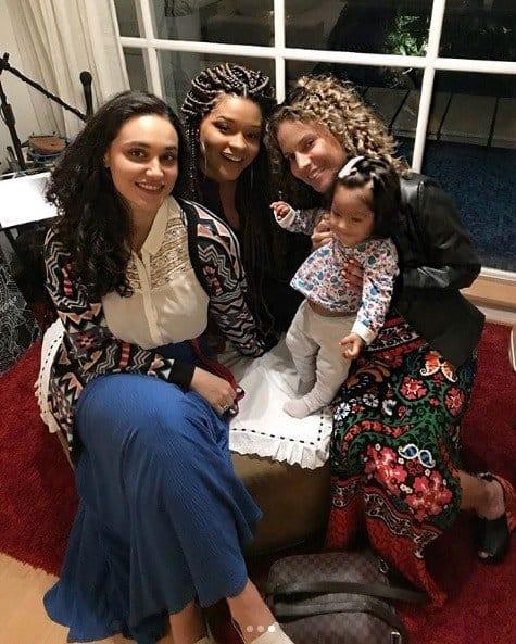 Juliana Alves, a filha Yolanda e a apresentadora Maíra Chark na festa de Bella Loreto