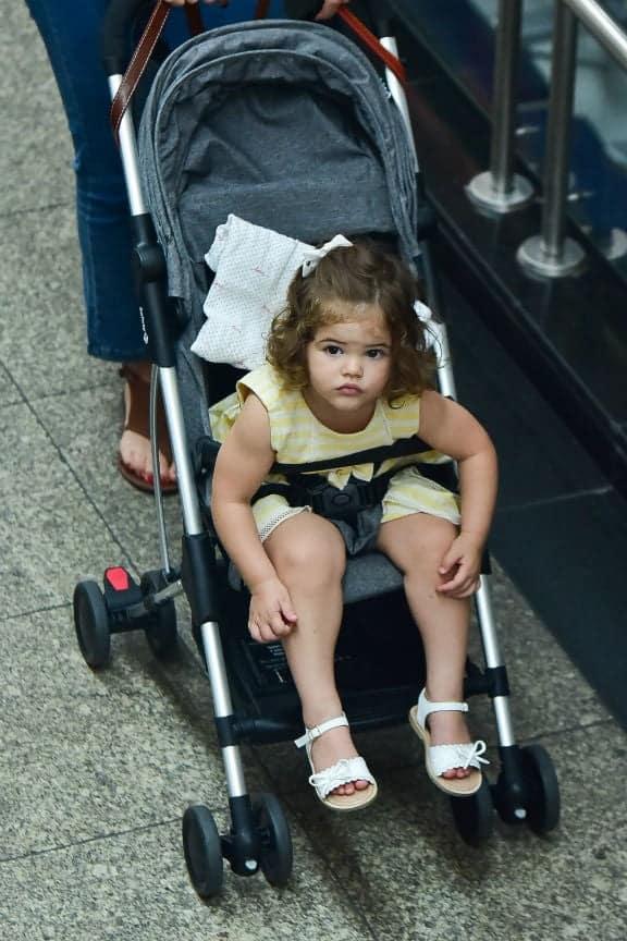 Bebê de Débora Nascimento e José Loreto no aeroporto