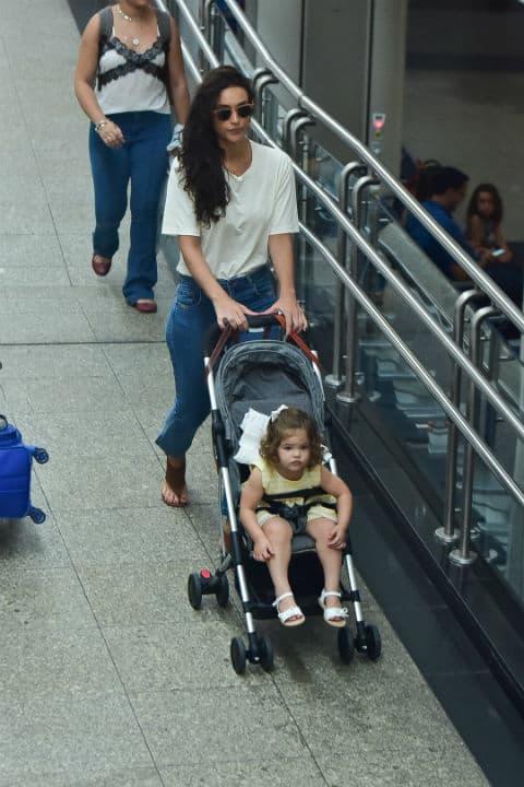 Débora Nascimento com sua filha no aeroporto