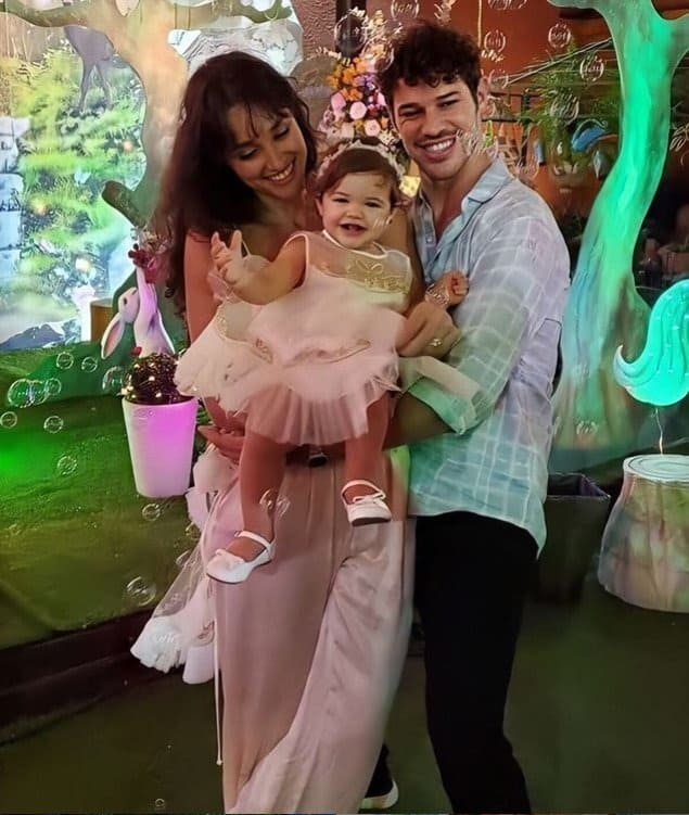 Débora Nascimento e José Loreto juntos com a filha