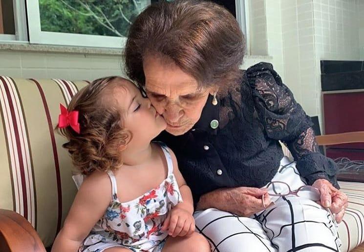 Bebê de Débora Nascimento e José Loreto com a avó