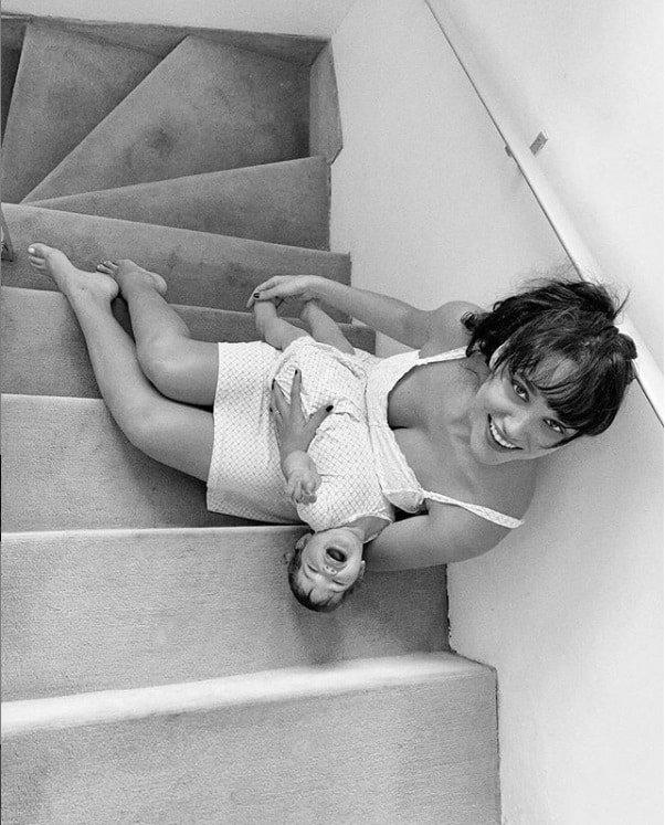 A menina Bella no colo da sua mãe a atriz Débora Nascimento