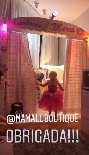 Maria Flor curtindo o palco do seu novo quarto